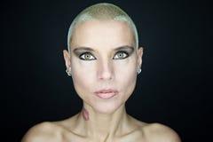 Vrouw met korte haar en tatoegeringen Royalty-vrije Stock Fotografie