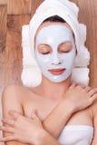 Vrouw met kosmetisch masker Stock Fotografie