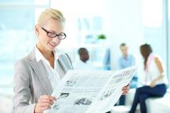 Vrouw met krant Royalty-vrije Stock Foto