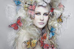 Vrouw met krullend blond haar. Stock Afbeelding