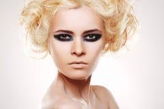 Vrouw met krullende blonde haar en avondsamenstelling Royalty-vrije Stock Foto