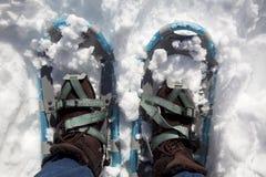 Vrouw met laarzen en sneeuwschoenen Royalty-vrije Stock Afbeeldingen