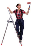 Vrouw met ladder het schilderen royalty-vrije stock afbeelding