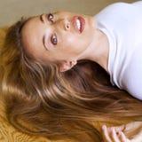 Vrouw met lang blond haar Stock Foto