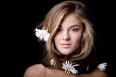 Vrouw met lang haar met bloemen Royalty-vrije Stock Fotografie