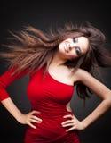 Vrouw met lang haar in motie stock afbeeldingen