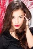 Vrouw met lang haar voor rode veer Stock Afbeeldingen