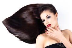 Vrouw met lange rechte haren en elegantiespijkers Royalty-vrije Stock Foto's