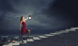 Vrouw met lantaarn Stock Foto's
