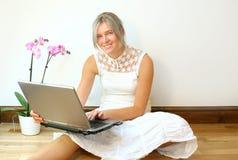 Vrouw met laptop Stock Afbeelding