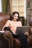 Vrouw met laptop. Stock Foto's