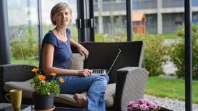 Vrouw met Laptop stock video