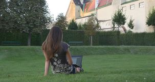 Vrouw met laptop in de stadstuin stock video