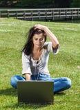 Vrouw met laptop in de zomerpark royalty-vrije stock fotografie