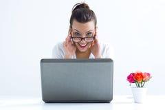 Vrouw met laptop die thuis werken stock foto's