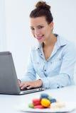 Vrouw met laptop die thuis werken stock fotografie