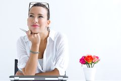 Vrouw met laptop die thuis werken royalty-vrije stock afbeeldingen