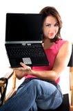 Vrouw met Laptop in Directeuren Chair stock foto's