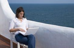 Vrouw met laptop in een mediterraan terras Stock Foto