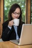 Vrouw met laptop en koffie Stock Afbeelding