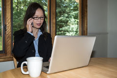 Vrouw met laptop en koffie op telefoon royalty-vrije stock afbeelding