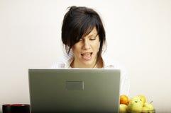 Vrouw met laptop het zingen Stock Foto