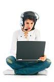 Vrouw met laptop in hoofdtelefoons stock afbeelding