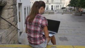 Vrouw met laptop op het oude vierkant stock video