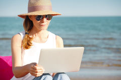 Vrouw met laptop op het strand royalty-vrije stock foto