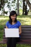 Vrouw met laptop in openlucht royalty-vrije stock afbeelding