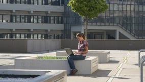 Vrouw met laptop in van de binnenstad stock videobeelden