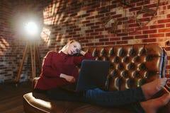 Vrouw met laptop in zolder Stock Fotografie