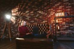 Vrouw met laptop in zolder Stock Foto