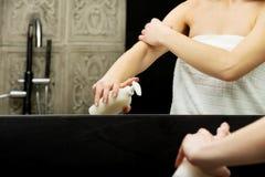 Vrouw met lichaamslotion Stock Foto's