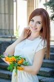 Vrouw met lijsterbessentakken Stock Foto's
