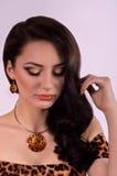 Vrouw met make-up en kostbare decoratie Royalty-vrije Stock Foto's