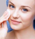 Vrouw met make-up katoenen stootkussen Royalty-vrije Stock Afbeelding