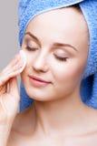 Vrouw met make-up katoenen stootkussen Royalty-vrije Stock Fotografie