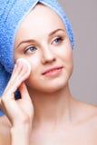 Vrouw met make-up katoenen stootkussen Stock Foto