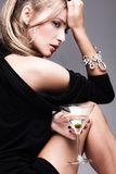Vrouw met martini Stock Afbeeldingen