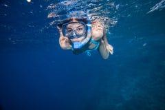 Vrouw met masker het snorkelen Stock Foto