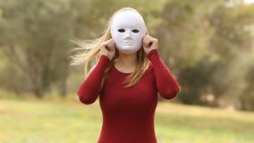 Vrouw met masker het vervalsen emoties stock video