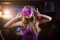 Vrouw met maskerade die op dansvloer dansen royalty-vrije stock foto