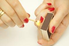 Vrouw met matchsticks stock afbeelding