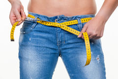 Vrouw met meetlint vóór het volgende dieet Stock Foto