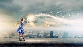 Vrouw met megafoon stock afbeelding