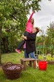 Vrouw met meisje het plukken pruimen Royalty-vrije Stock Foto
