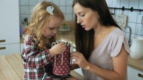 Vrouw met meisjespel met het riet van het Kerstmissuikergoed stock videobeelden