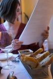 Vrouw met menu Stock Afbeelding