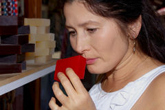 Vrouw met met de hand gemaakte zeep Stock Afbeeldingen